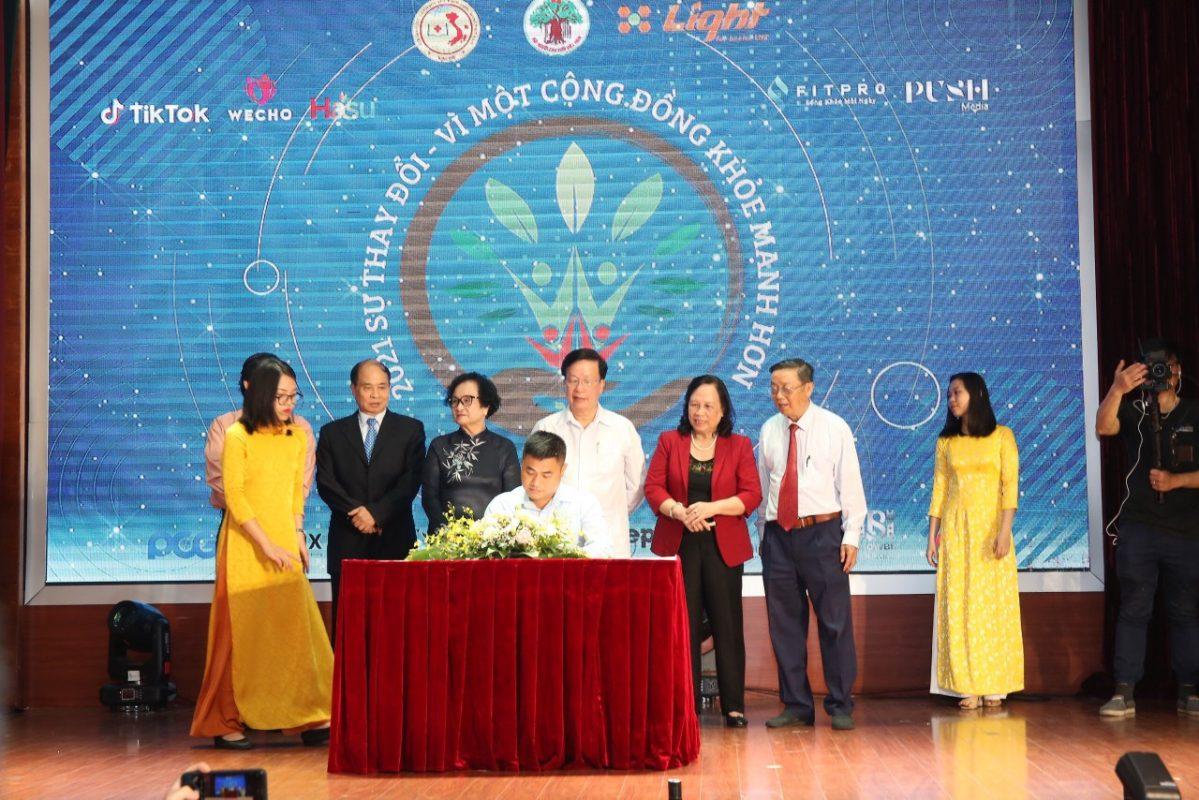 """Ông Trần Mạnh Đức ký cam kết """"Chung tay vì sức khỏe cộng đồng"""""""