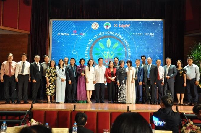 """chương trình """"2021 – Sự thay đổi vì một cộng đồng khỏe mạnh hơn"""" do Hội Giáo dục chăm sóc sức khỏe cộng đồng Việt Nam (VACHE) phối hợp với Hội người cao tuổi, Viện phát triển sức khỏe cộng đồng Ánh sáng tổ chức"""